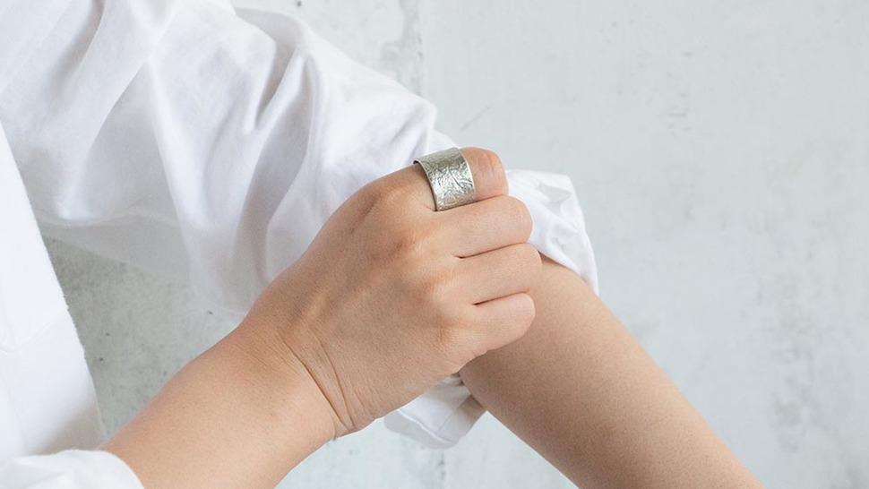 TIN BREATH Ring 15×80mm(シルバー)着用