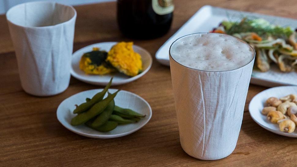 陶磁器のビアグラスとビール