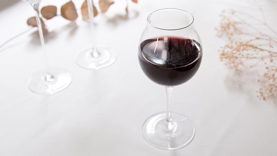 赤ワインが注がれたグラス