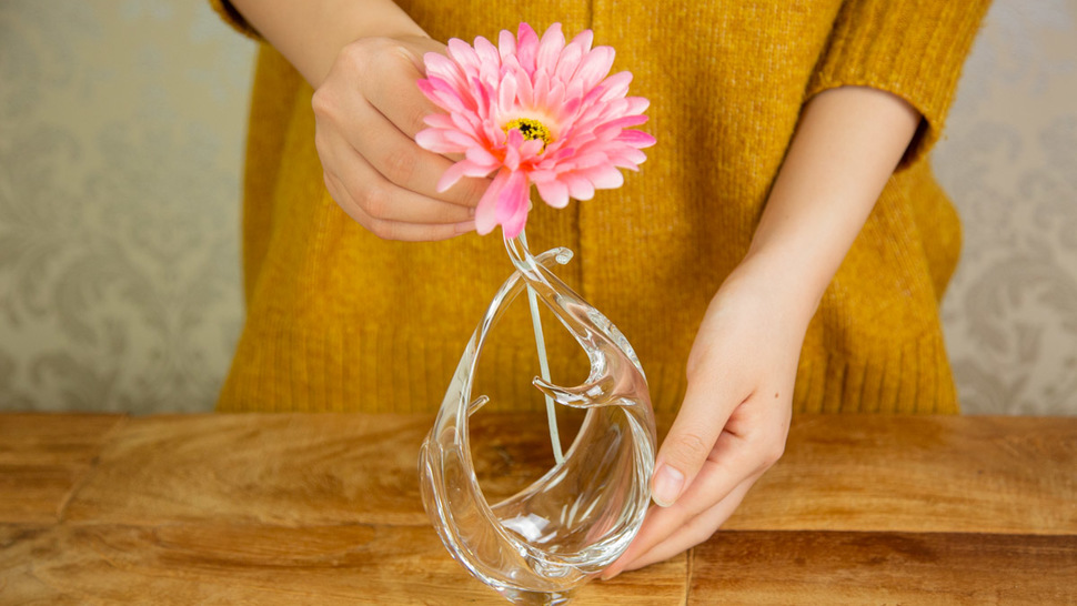 woman-put-flower-in-the-vase