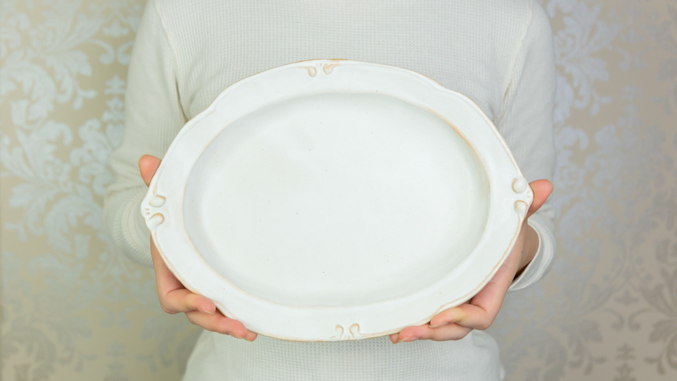 woman-hold-one-plate