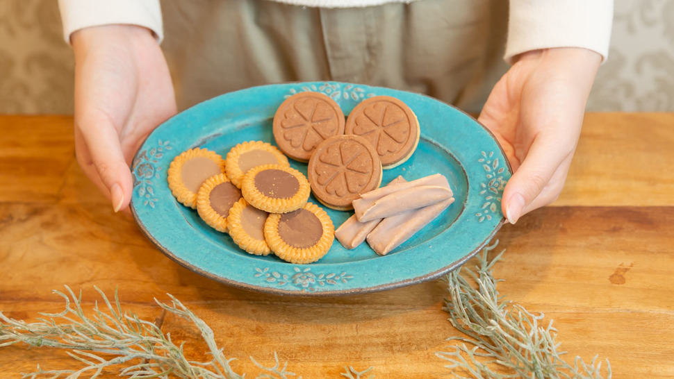 woman-hold-plate-cookies-on