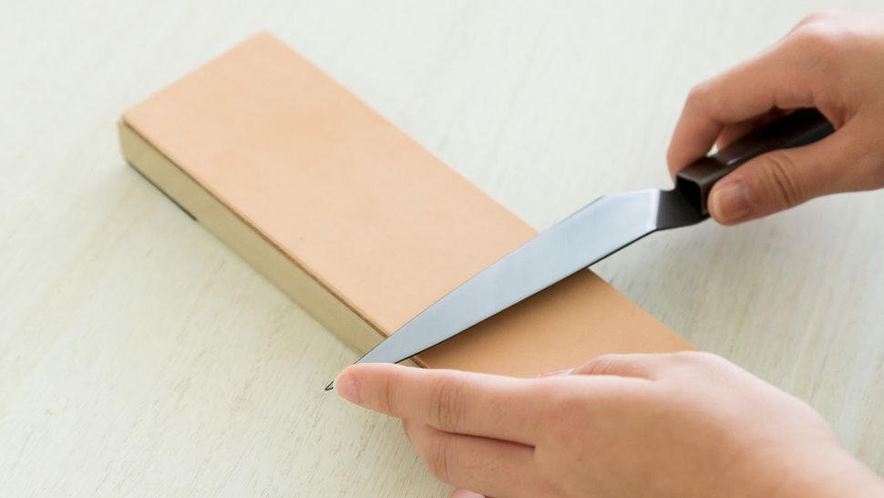 woman-sharpening-knife-with-the-strop
