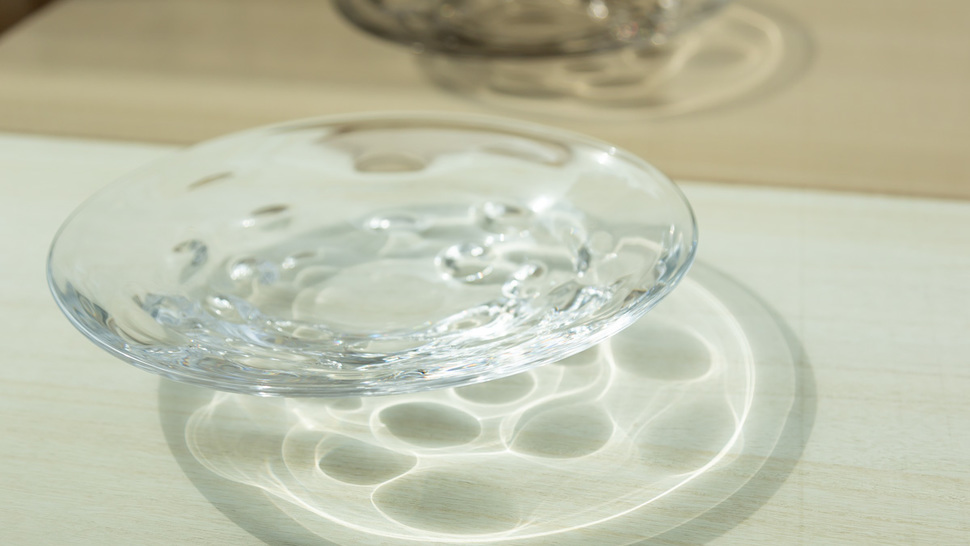 clear-plate-on-the-table