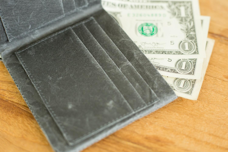 和紙の佇まいがおしゃれな二つ折り財布