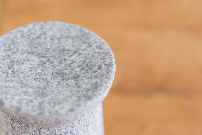 石素材のアロマポットだからアロマオイルが優しく香る