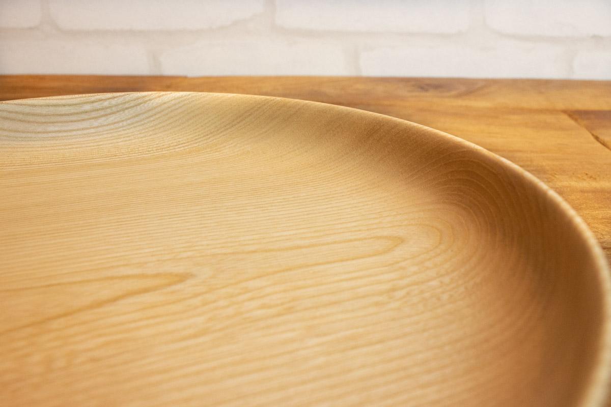 日本の木から生まれた木目が美しく、使いやすいかたちのお皿