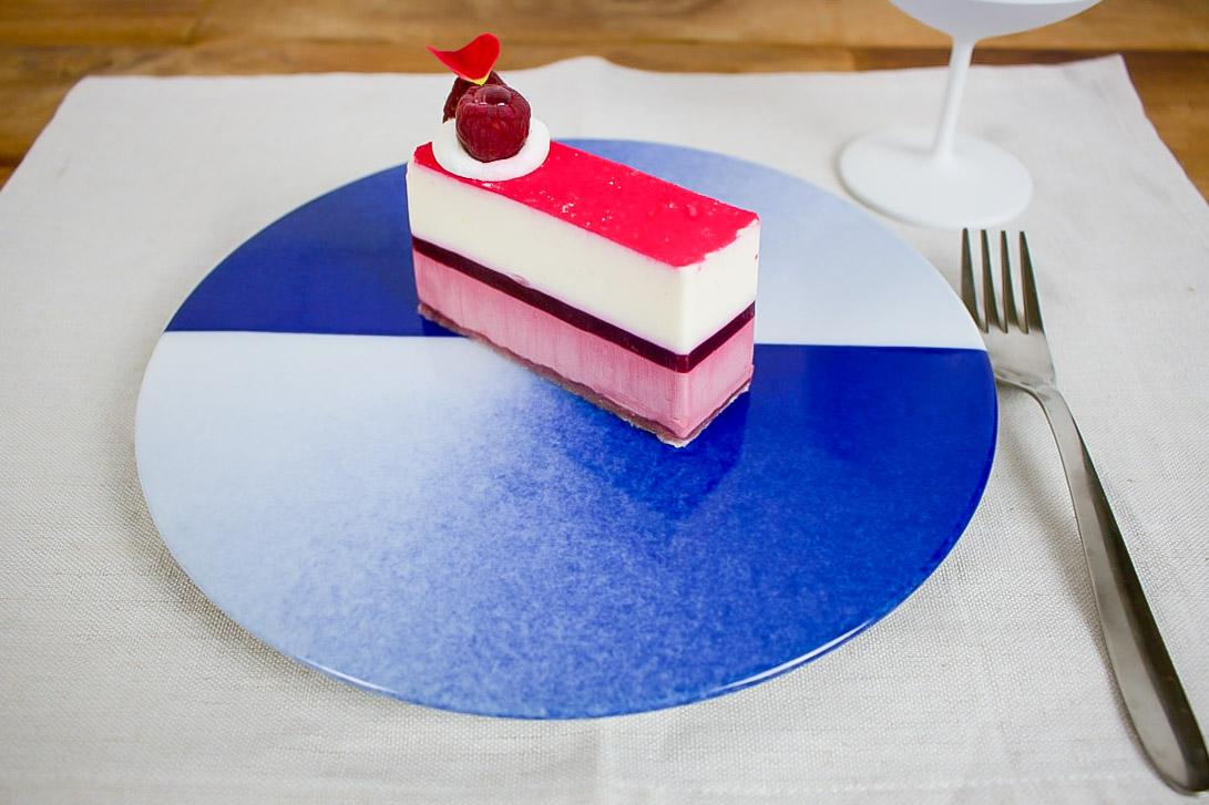 ケーキにアイスクリームを添えて食後のデザートに