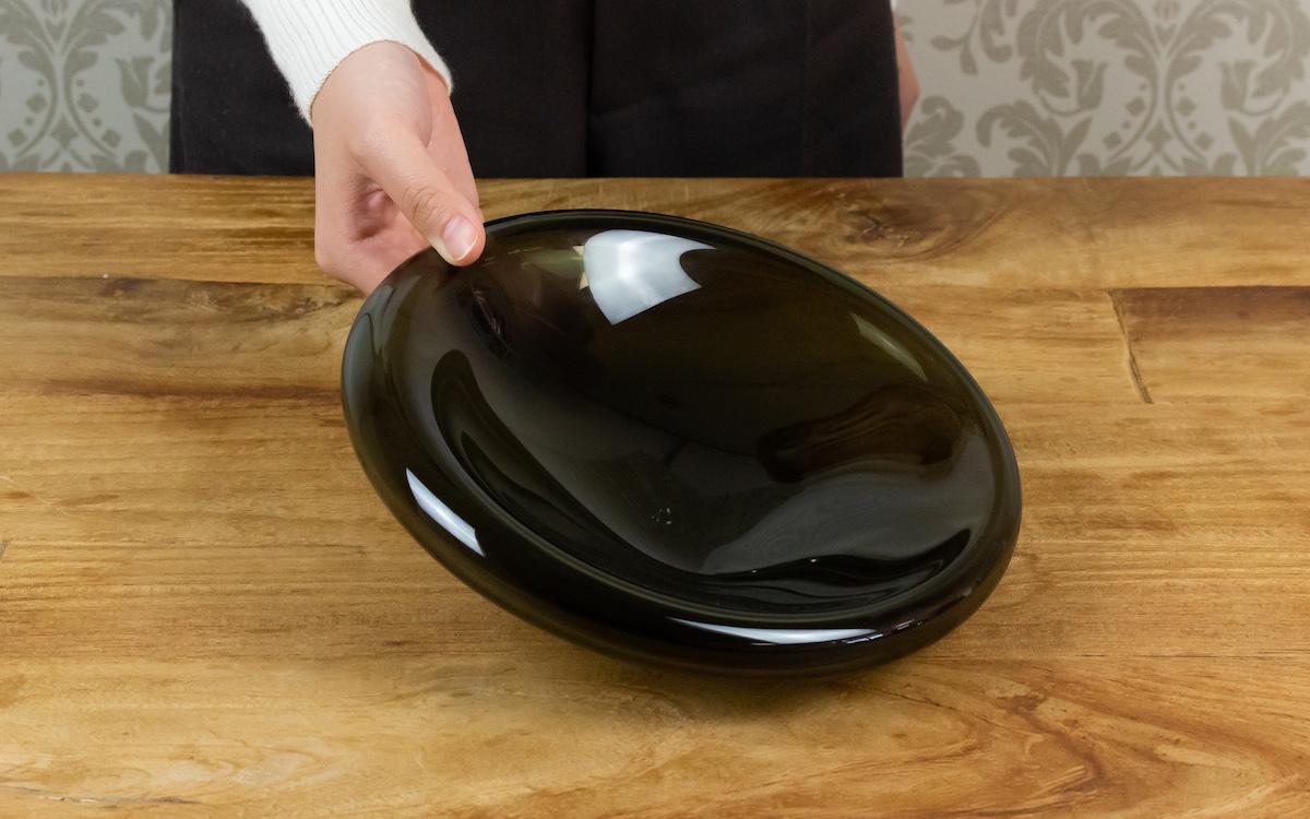ガラスに浮かぶ料理を楽しむ なめらかなフォルムが美しいお皿air lip dish M