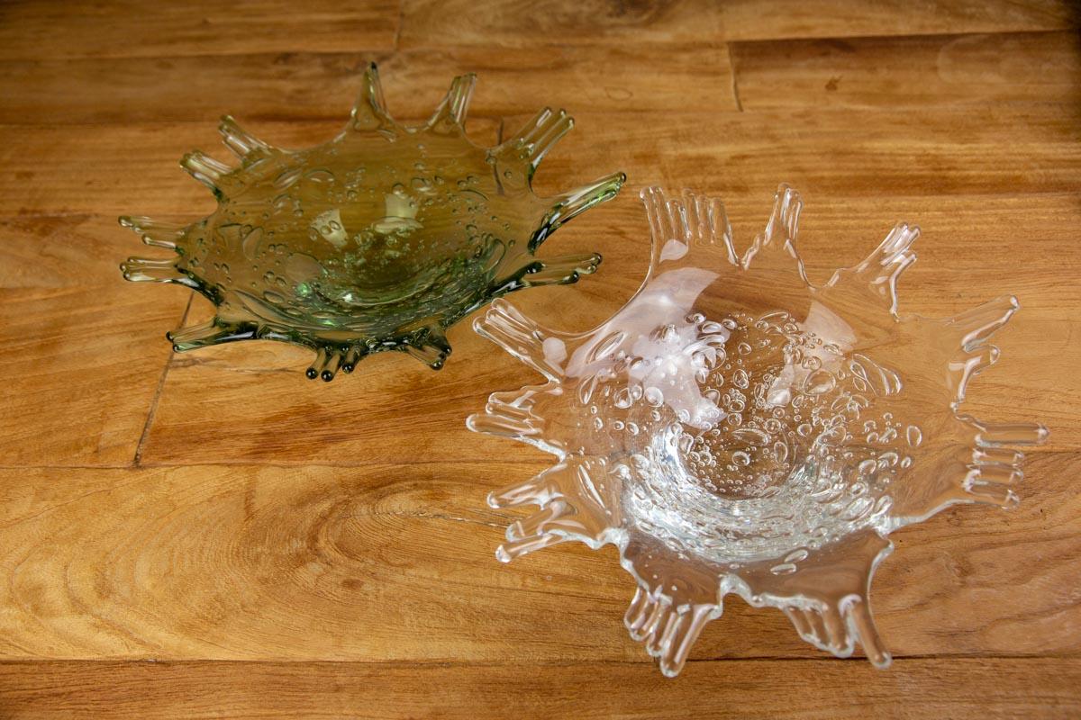 自信に満ちた表情と躍動感のある2色のガラスの大皿