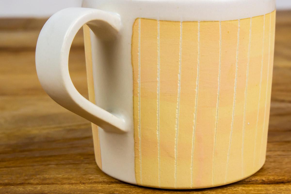 軽さと手触りがくせになる「掻き落としの陶器 MUG CUP