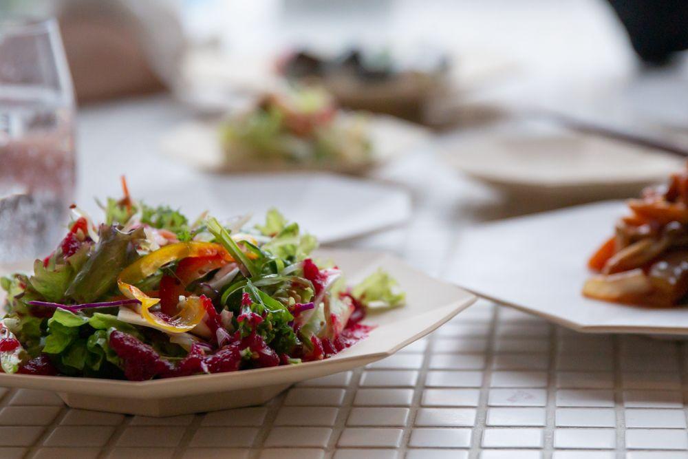 質素な質感と佇まいが料理の引き立て役に