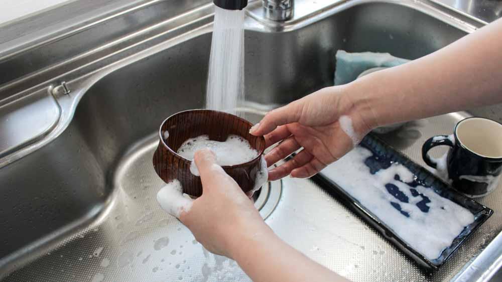 木の製品を洗う光景