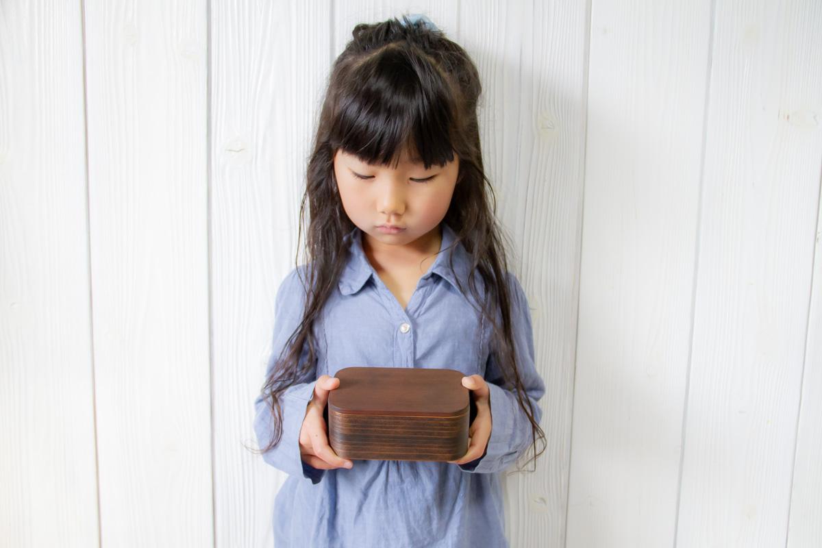 お弁当箱を持つ女の子