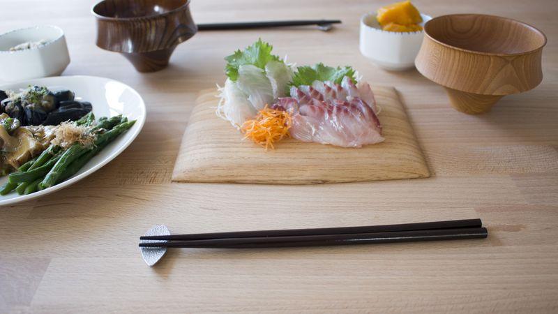 箸置きのある食卓