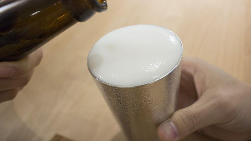 錫のビアグラスとビール