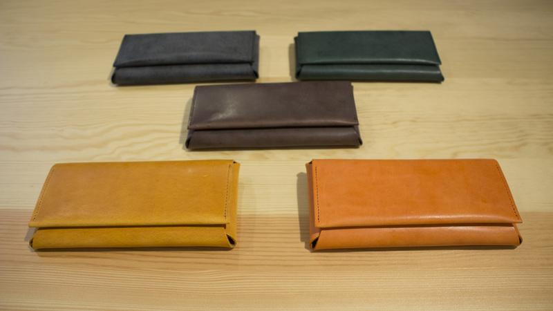 落ち着いた色の革財布