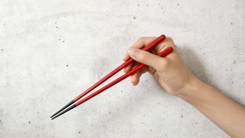 漆屋はやしさくら夫婦箸をつかんでいる写真