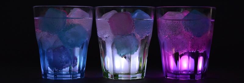ライトアップされたグラス