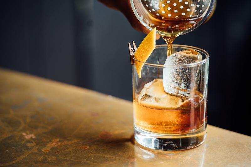 透明な氷とウイスキー